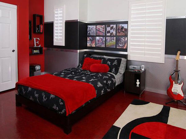 تخت خواب با رنگ قرمز تلفیق رنگهای سبز،مشکی و طلایی در اتاق خواب دخترانه