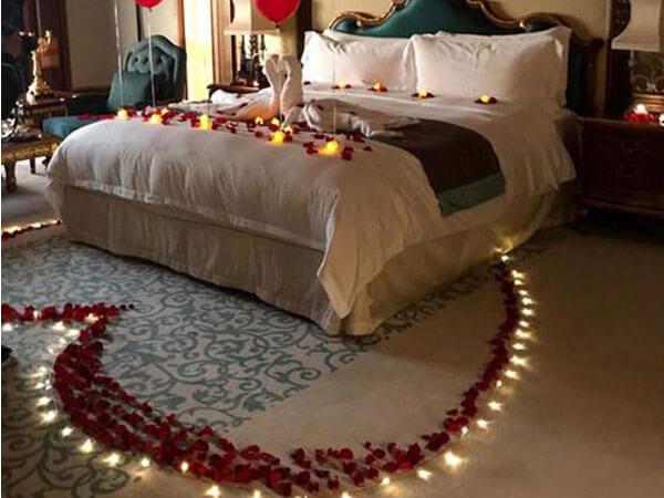 تزیین خواب عروس با گل و شمع