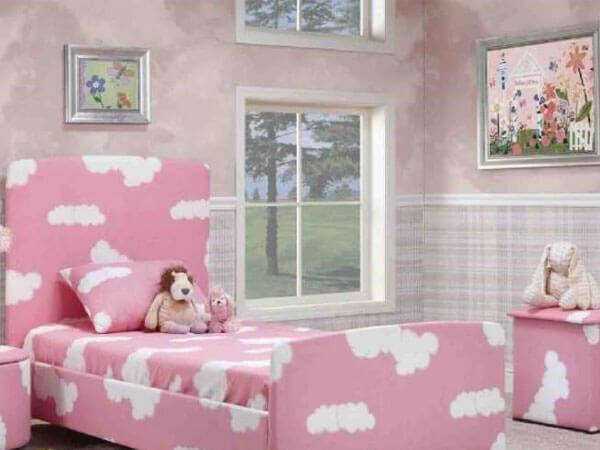 اتاق دختر با رنگ صورتی تخت و رو تختی اتاق خواب دخترانه