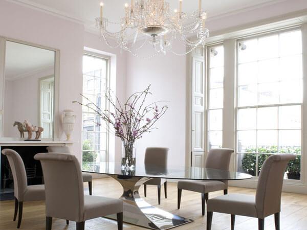 میز دایره ایی شکل با صندلی سفید