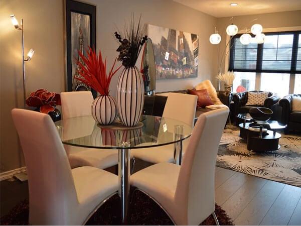 میز شیشه ایی با صندلی رنگ روشن