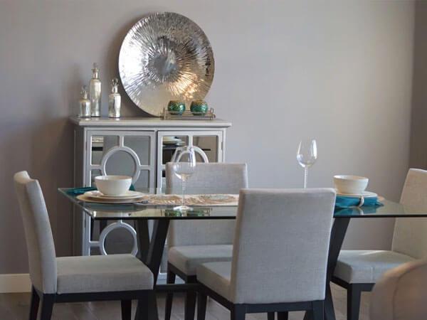 میز به رنگ روشن در دیزاین فضای ناهار خوری