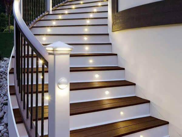 نورپردازی در قسمت پیشانی پلهها
