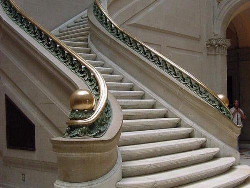 پله گرد بتنی با محفظ نرده شیشه فلزی