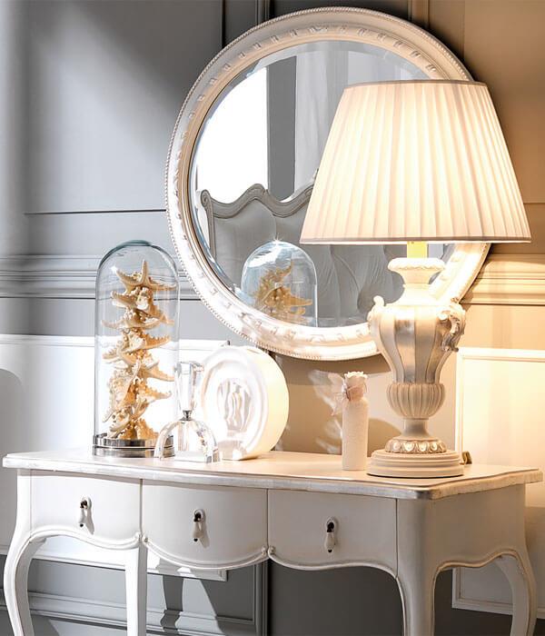 آینه و کنسول در آتاق خواب
