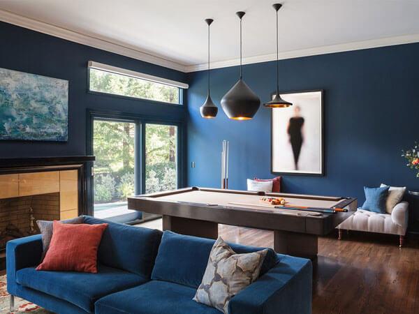 مبل راحتی با رنگ روشن در دکور رنگ آبی در مبلمان