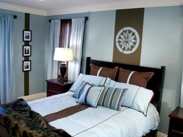 اتاق خواب با ترکیب رنگی قهوه ایی دکور آبی در اتاق دارای پنجره مشرف به آفتاب