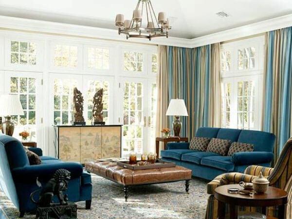 مبلمان راحتی در دکوراسیون داخلی دکور آبی در اتاق دارای پنجره مشرف به آفتاب