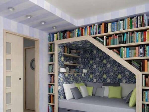 قفسه کتاب دنج در زیر پله