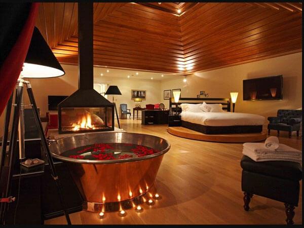 اتاق خواب بزرگ با ترکیب رنگی گرم