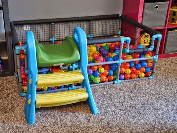 استخر توپ برای بازی کودک در اتاق بازی