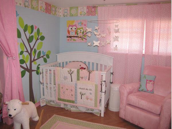 اتاق خواب کودک با پرده های صورتی رنگ