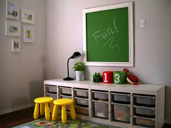 تخته وایت برد در اتاق بازی کودک از وایت برد یا تخته سیاه استفاده کنید