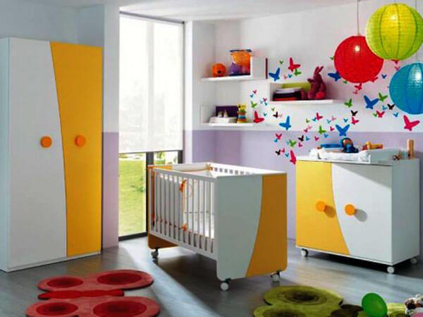 دکور اتاق نوزاد چیدمان عروسک و وسایل بازی