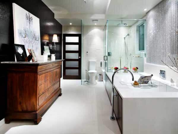 مدل حمامهای جدید نصب جالباسی و جا حولهبا ترکیب رنگ های روشن