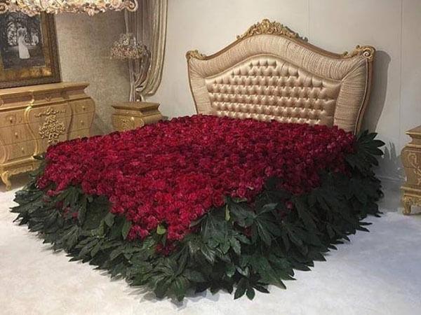رو تختی خیلی زیبا با طرح گل رز رنگ ایده آل برای رو تختی