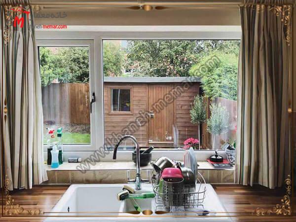 ویوی زیبای پنجره آشپزخانه جنس پرده بسیار مهم است