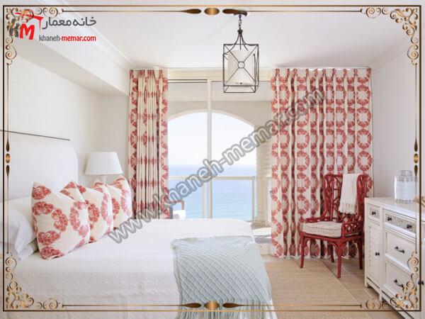 دکور زیبای اتاق خواب با پرده های به رنگ سفید و قرمز