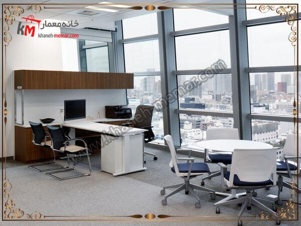 نورگیر دفتر کاری از سمت پنجره های شیشه ای