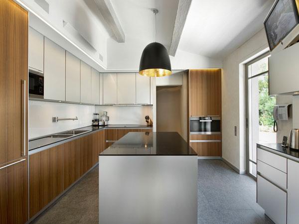 دکوراسیون آشپزخانه با ویو رو به حیاط