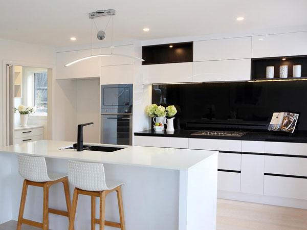 دکور آشپزخانه با کابینت های سفید و سیاه