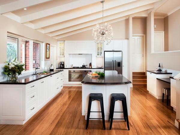 کابینتهای آشپزخانه در این تصویر بسیار کاربردی طراحی شده اند